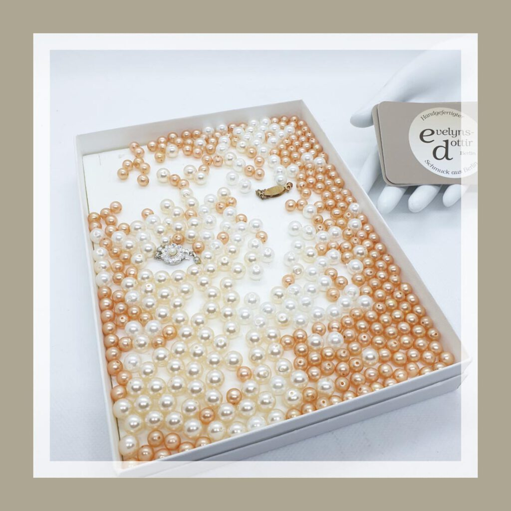 Eine Kiste voller feiner Perlen